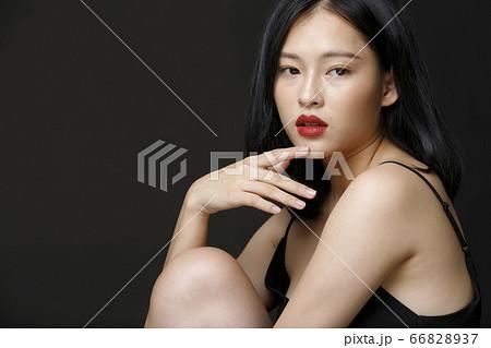 黒背景の女性ビューティーポートレート 66828937