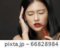 黒背景の女性ビューティーポートレート 66828984