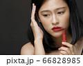 黒背景の女性ビューティーポートレート 66828985