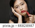 黒背景の女性ビューティーポートレート 66828987