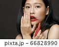 黒背景の女性ビューティーポートレート 66828990
