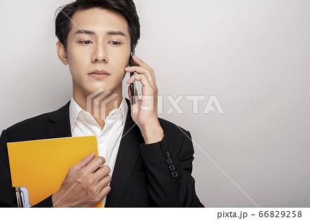 スーツを着た若い男性のビジネスポートレート 66829258