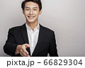スーツを着た若い男性のビジネスポートレート 66829304