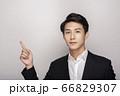 スーツを着た若い男性のビジネスポートレート 66829307