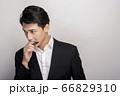 スーツを着た若い男性のビジネスポートレート 66829310