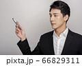 スーツを着た若い男性のビジネスポートレート 66829311