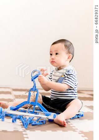 洗濯ハンガーで遊ぶ子供 66829371