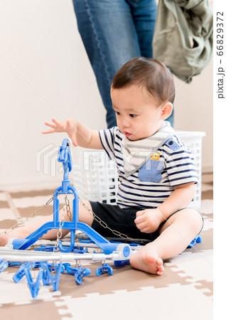 洗濯ハンガーで遊ぶ子供 66829372