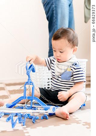 洗濯ハンガーで遊ぶ子供 66829373
