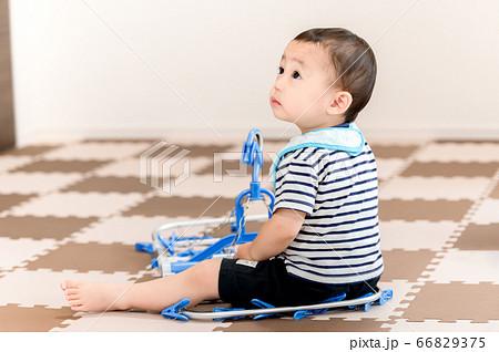 洗濯ハンガーで遊ぶ子供 66829375