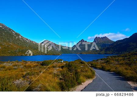 駐車場から降りた後、続く道で見えるダヴ湖とクレイドルマウンテンの眺め 66829486