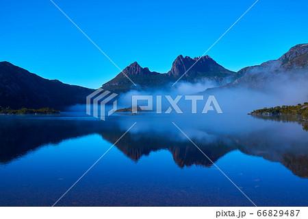 朝靄の鏡張りになったクレイドルマウンテンとダヴ湖の眺め 66829487
