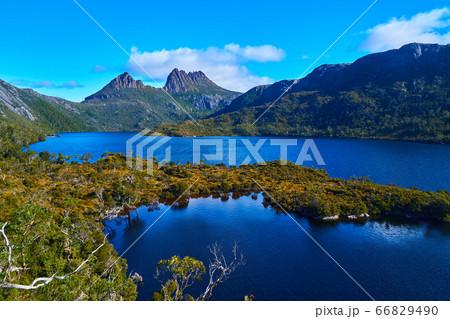 グレイシャーロック展望台から見たクレイドルマウンテンとダヴ湖の眺め 66829490