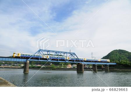 湊川の鉄橋を渡るE257系内房線特急さざなみ号 66829663