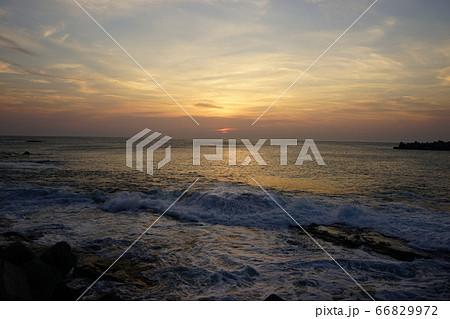 三陸ジオパーク茂師海岸の夜明け  66829972