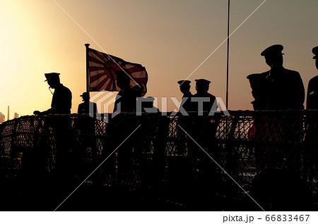 夕暮れの甲板で作業する海上自衛官 66833467