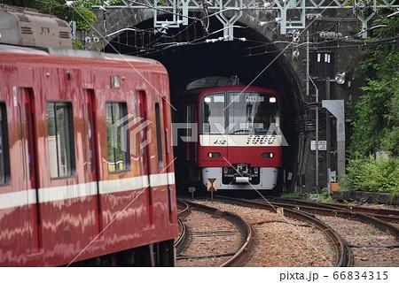 トンネルから出る京急線(すれ違う電車同士) 66834315