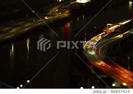 ミニチュア風撮影による夜間の首都高速道路の車 66837414