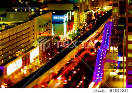 夜間のお台場周辺にてミニチュア風撮影したゆりかもめ線と道路の光跡 66839015