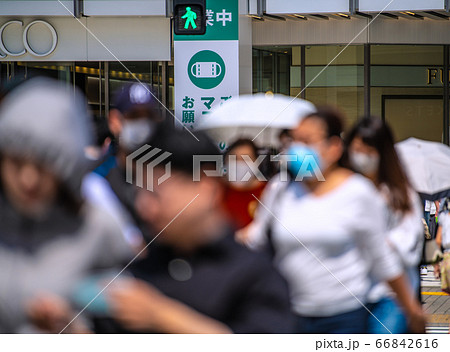 日本の東京都市景観 駅方向に歩く通行人ら(はずしていたマスクを着けようとする人の姿も)=錦糸町駅前 66842616