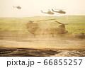 着陸態勢をとる大型輸送ヘリ チヌーク CH-47 66855257
