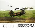 着陸態勢をとる大型輸送ヘリ チヌーク CH-47 66855258