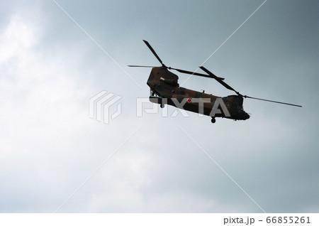 上昇旋回する大型輸送ヘリ チヌーク 66855261