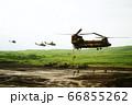 大型輸送ヘリ チヌークから懸垂降下する隊員 66855262