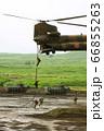 大型輸送ヘリ チヌークから懸垂降下する隊員 66855263