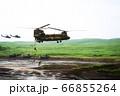 大型輸送ヘリ チヌークから懸垂降下する隊員 66855264