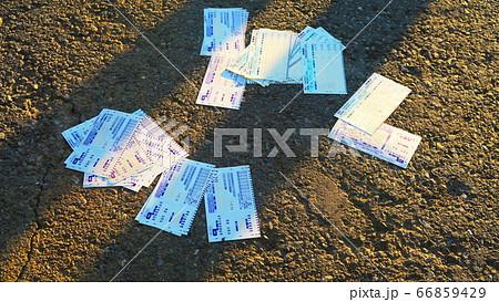 勝馬投票券購入ためのマークシートが地面に散乱している光景 66859429