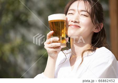 グラスにビールを注ぐ女性 66862452