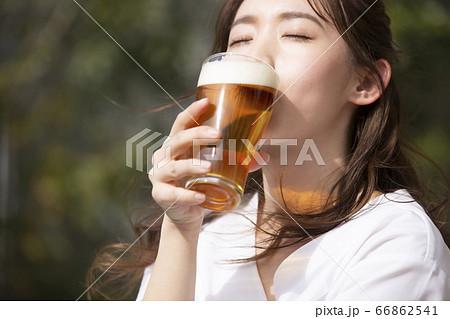ビールを飲む女性 66862541