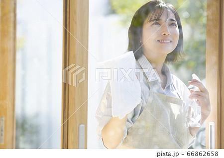窓を掃除する若い女性 66862658