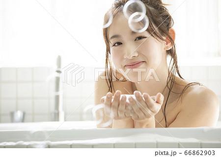 入浴する若い女性 66862903