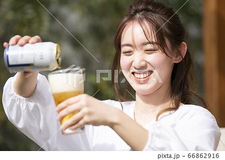 グラスにビールを注ぐ女性 66862916