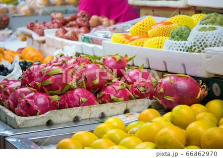 色鮮やかなトロピカルフルーツが並ぶ南国の市場の青果店 66862970