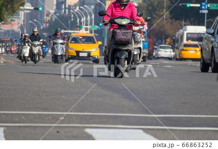 主要な移動手段として利用されるオートバイがたくさん行き交う台湾の街 66863252