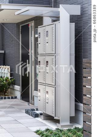 集合住宅入り口に設置された宅配ボックス 66863389