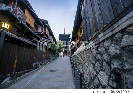 京都市東山区にある八坂の塔と日本情緒あふれる伝統的な町並み  66864153