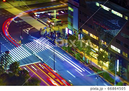水道橋にて高所からワイドレンズで撮影したミニチュア風の夜の道路 66864505