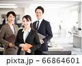 都会のオフィスで働くスーツ姿のビジネスチーム 66864601