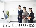 都会のオフィスで働くスーツ姿のビジネスチーム 66864602