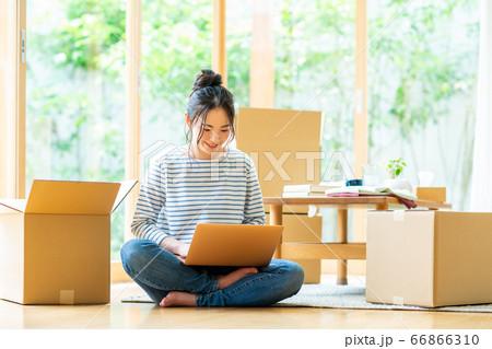 新居でパソコンの設定をする若い女性 66866310