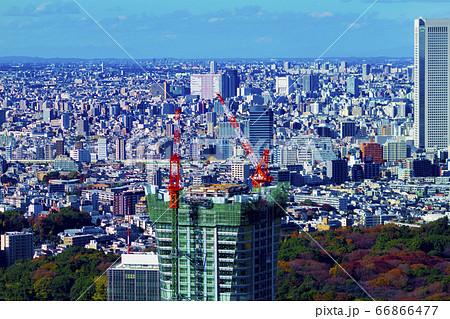 渋谷にて高層階から望遠レンズで撮影したビル最上部のクレーン 66866477