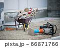 建設現場の工具 66871766