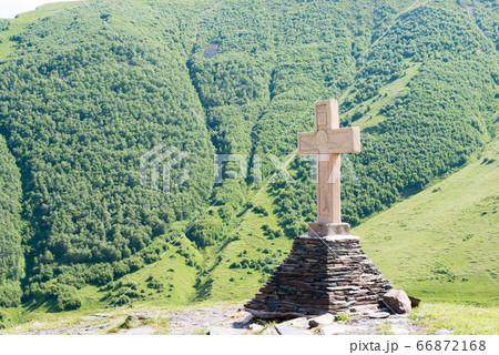 ツミンダサメバ教会の十字架 ジョージア(グルジア)カズベギ 66872168