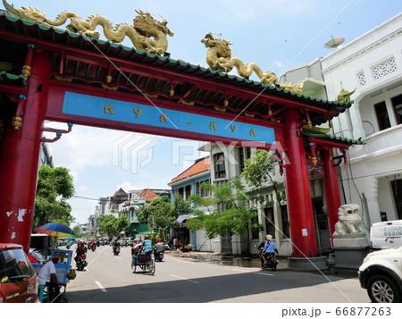 インドネシア・スラバヤのチャイナタウンの赤い門 66877263