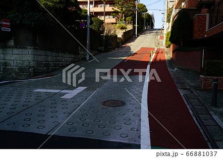 都内最大級の急坂で有名な東京都豊島区高田にあるのぞき坂(胸突坂) 66881037