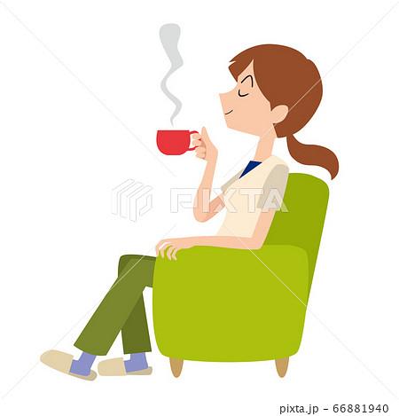 コーヒーブレイク 休憩 リビング ソファ くつろぐ女性 66881940